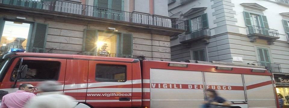 Ancora allarme calcinacci in Via Toledo a Napoli, paura senza fine