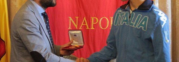 Borriello consegna medaglia della città a Valerio Cuomo