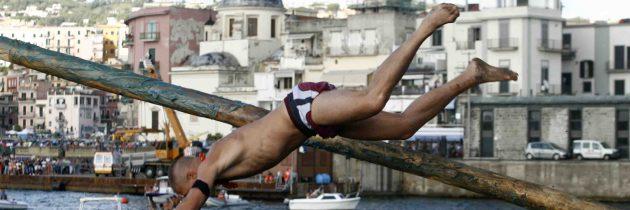 Pozzuoli, il 15 agosto gara del Pennone a Mare e fuochi d'artificio, una tradizione che si ripete
